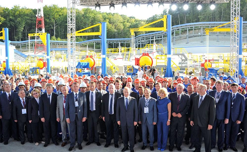 Владимир Путин и сотрудники нефтеперевалочного комплекса «Шесхарис» на церемонии ввода в эксплуатацию технологического тоннеля