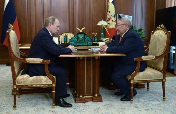Президент РФ Владимир Путин (слева) и глава Республики Саха (Якутия) Егор Борисов во время встречи