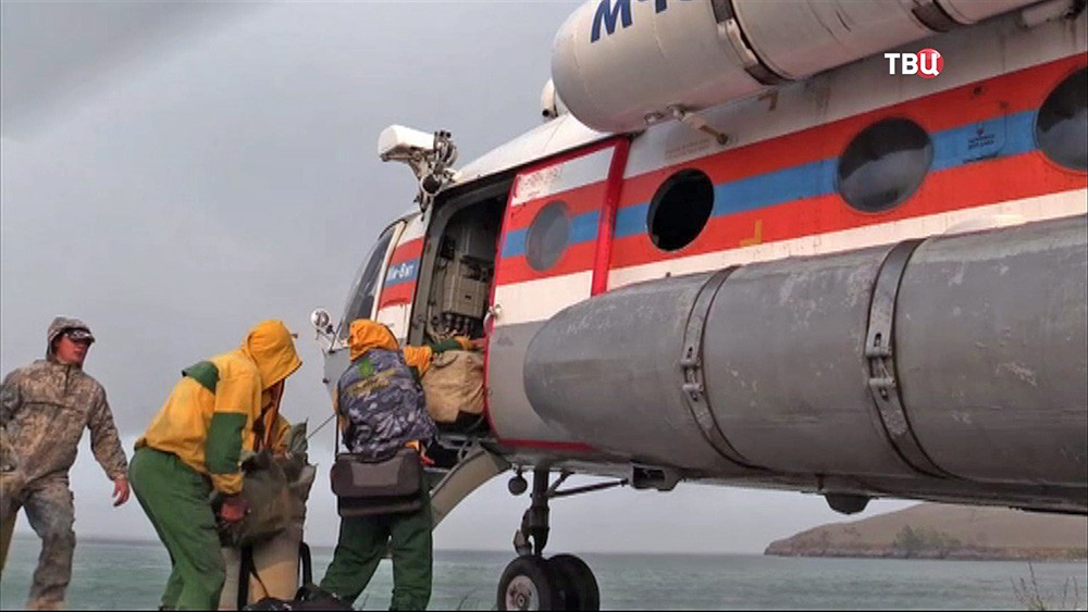 Вертолёт Ми-8 МЧС России учавствует в спасательной операции