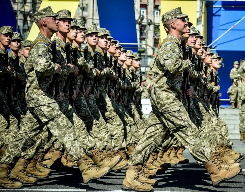 Солдаты украинской армии во время парада в Киеве