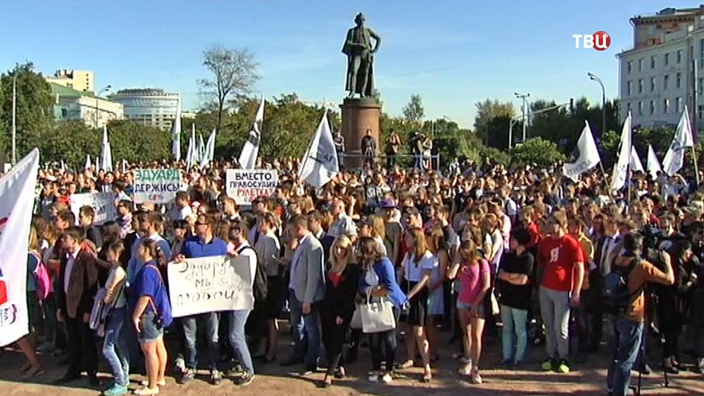 """Митинг """"Молодой гвардии"""" на Суворовской площади"""