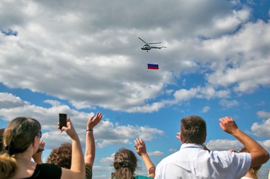 Пролёт военных вертолетов над зрителями