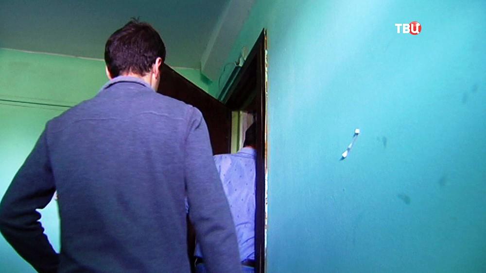 Люди заходят в квартиру