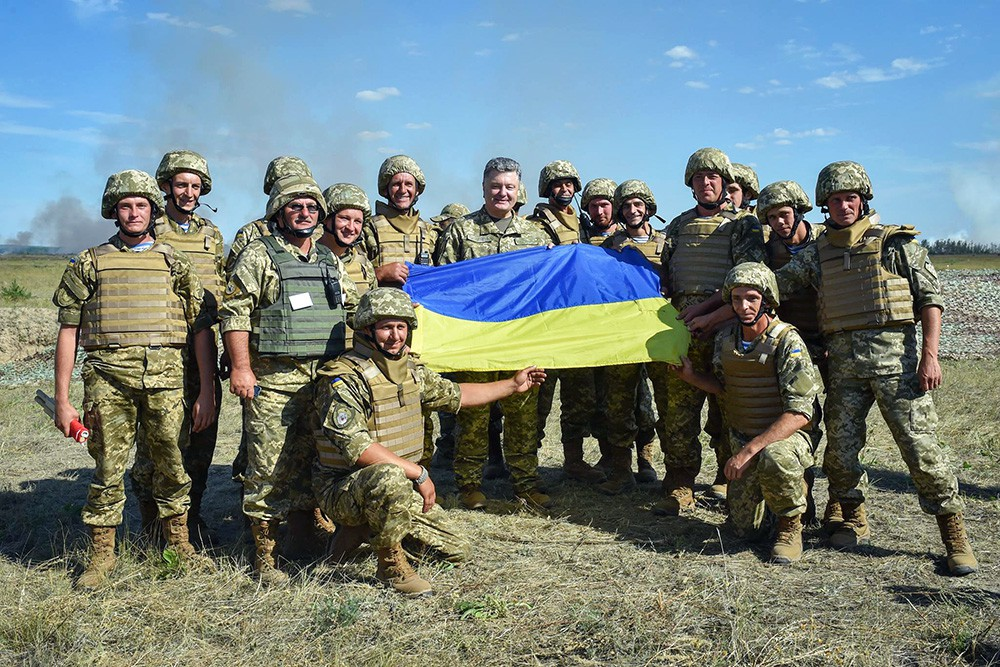 Пётр Порошенко с военнослужащими украинской армии