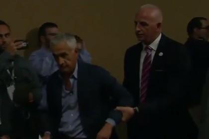 Охранник выводит Хорхе Рамоса c пресс-конференции Дональда Трампа
