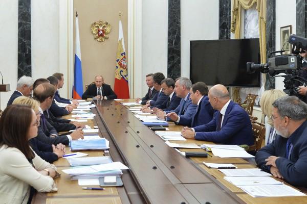 Президент России Владимир Путин проводит совещание с членами правительства РФ в Кремле