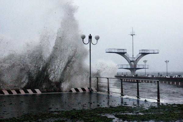 """Водная станция Тихоокеанского флота во Владивостоке во время тайфуна """"Гони"""""""