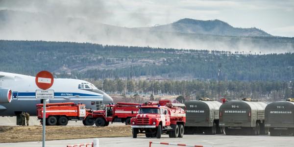 Пожарные автомашины и самолет ИЛ-76 МД во время подготовки для тушения лесных пожаров в Забайкальском крае