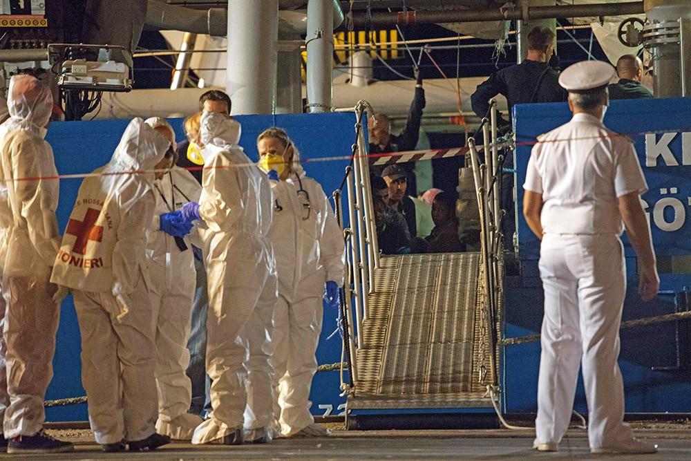 Медосмотр спасённых с затонувшего корабля беженцев