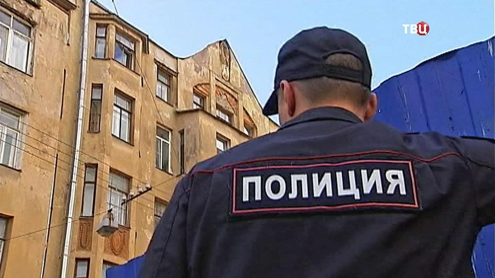 Полиция у дома Лихачёва, где был сбит барельеф Мефистофеля