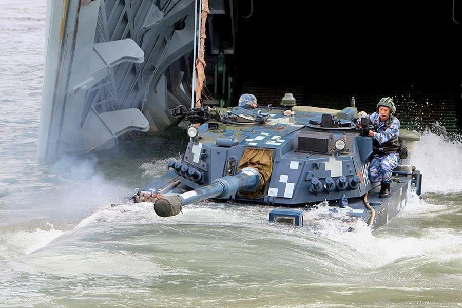 Китайский танковый экипаж высаживается на берег