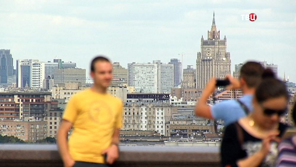 Туристы на фоне Москвы