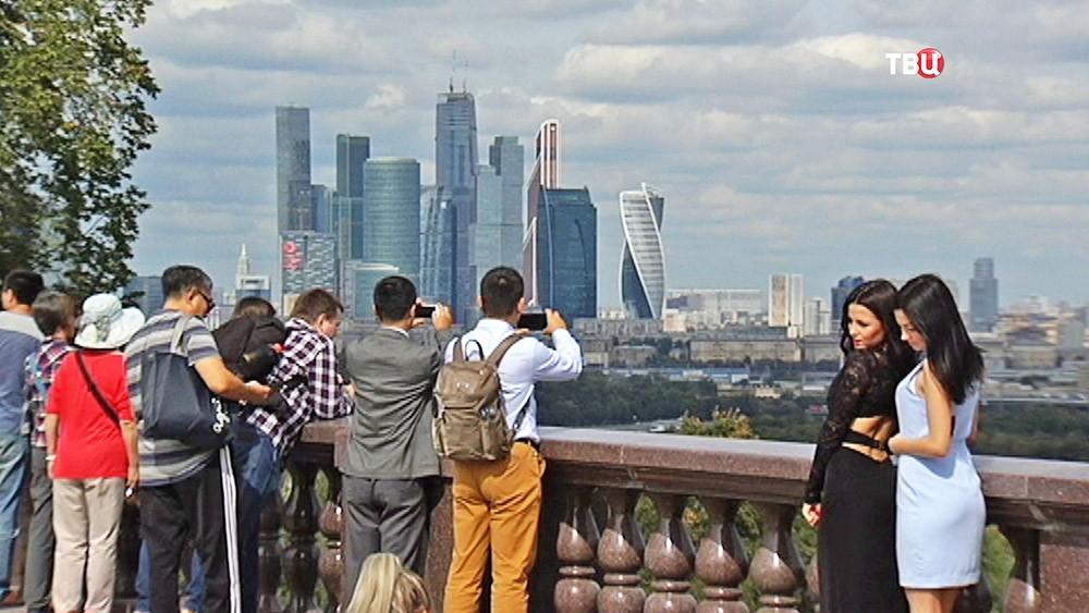 Вид на Москва-Сити со смотровой площадки Воробьевых гор