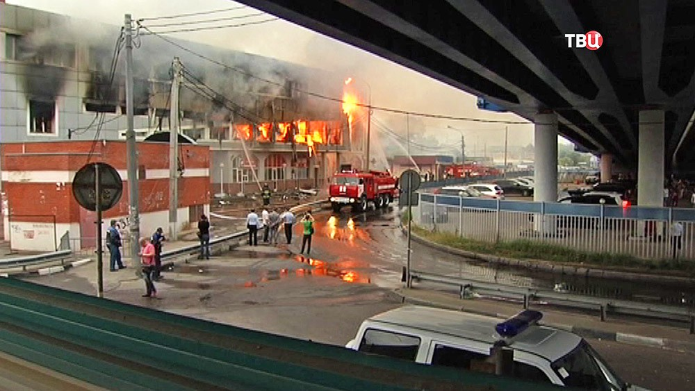 Пожарные на месте возгорания в торговом центре в Болшево