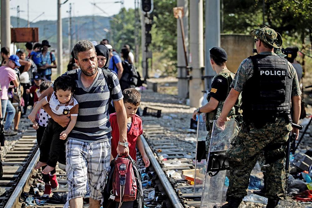 Нелегальные мигранты прибывают в Европе