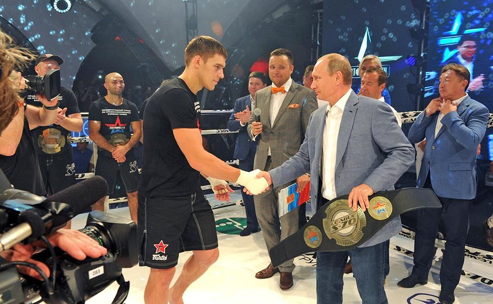 Владимир Путин на церемонии награждения победителей международного турнира по профессиональному боевому самбо