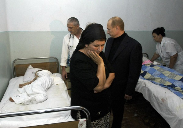 Владимир Путин (на снимке справа) во время посещения больницы, где находятся пострадавшие в результате захвата террористами бесланской школы №1