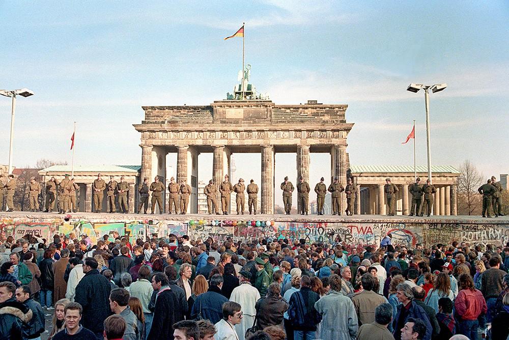 Объединение Германии. Военные на Берлинской стене