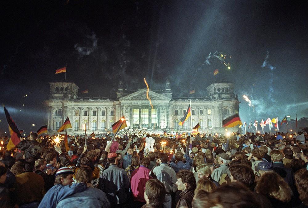 Люди празднуют объединение Германии