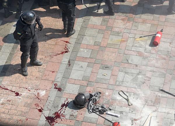 Сотрудник правоохранительных органов во время беспорядков у здания Верховной Рады Украины