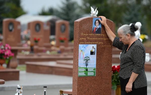 """Женщина на мемориальном кладбище """"Город ангелов"""" в Беслане, где похоронены погибшие во время теракта 1 сентября 2004 года в школе №1"""