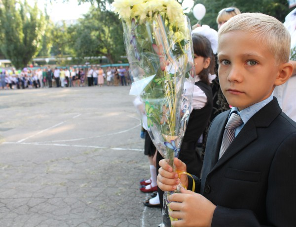 Первоклассник школы № 14 города Донецка на торжественной линейке в День знаний
