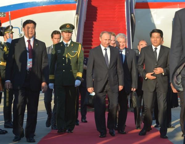 Президент России Владимир Путин на церемонии встречи в аэропорту Пекина