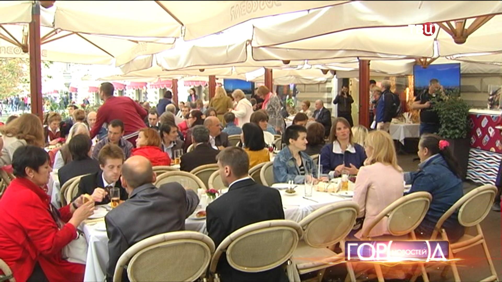 Торжественный обед в ГУМе для москвичей с ограниченными возможностями
