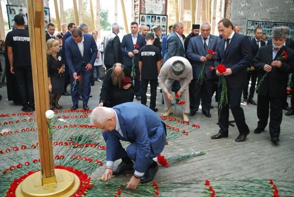 Алания Тамерлан Агузаров и Лев Кузнецов возлагают цветы во время траурных мероприятий на территории мемориала памяти жертв теракта 1 сентября 2004 года