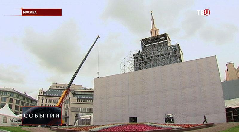 Монтаж главной сцены на Лубянской площади