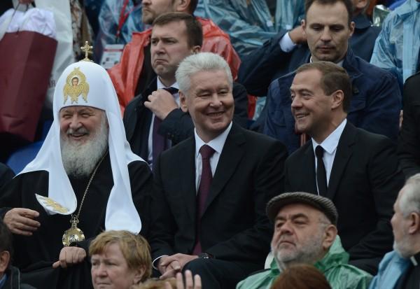 Председатель правительства РФ Дмитрий Медведев, мэр Москвы Сергей Собянин, патриарх Московский и всея Руси Кирилл (справа налево) на торжественной церемонии открытия Дня города Москвы на Красной площади