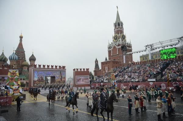 Участники театрализованного представления во время церемонии открытия Дня города Москвы на Красной площади