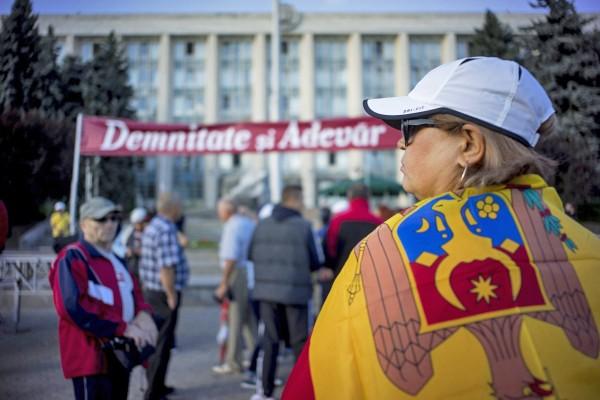 Участники антиправительственных акций у здания правительства Молдавии в Кишиневе