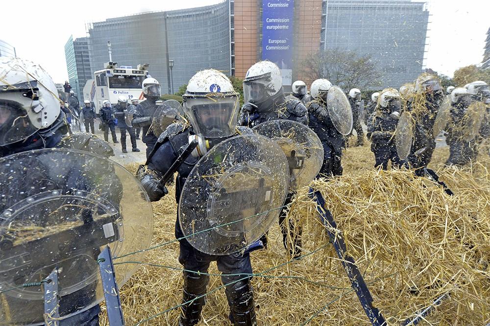 Акция протеста фермеров у здания Европарламента в Брюсселе