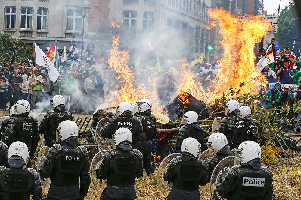 Столкновения европейских фермеров с полицией