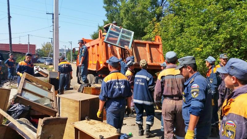 Спасатели МЧС устраняют последствия разрушений