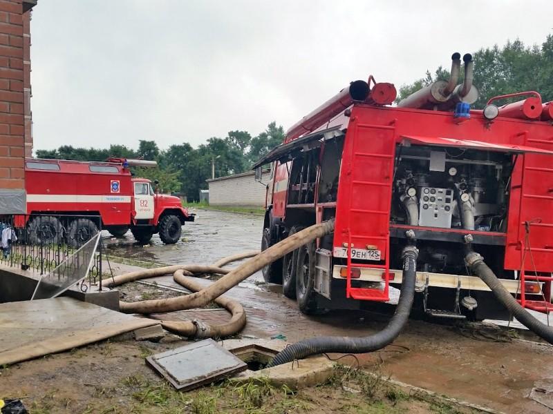Спасатели МЧС устраняют последствия наводнения в Приморье