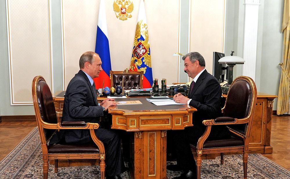 Президент России Владимир Путин и врио губернатора Калужской области Анатолий Артамонов