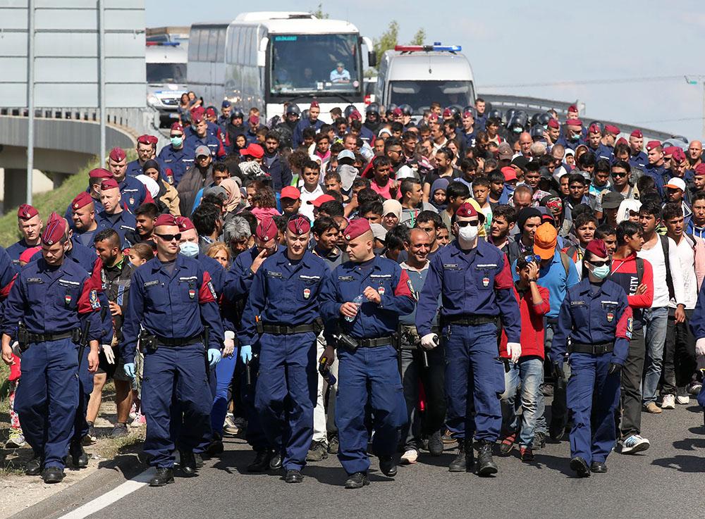 Полиция Венгрии держит мигрантов в оцеплении