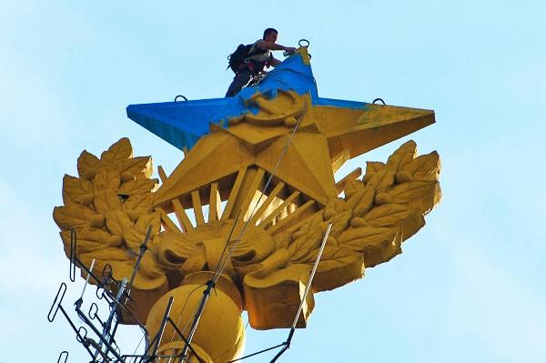 Звезда на шпиле высотного здания на Котельнической набережной в Москве