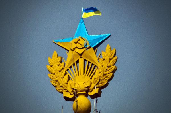 Украинский флаг и звезда, раскрашенная в цвета флага Украины, на шпиле высотного здания на Котельнической набережной