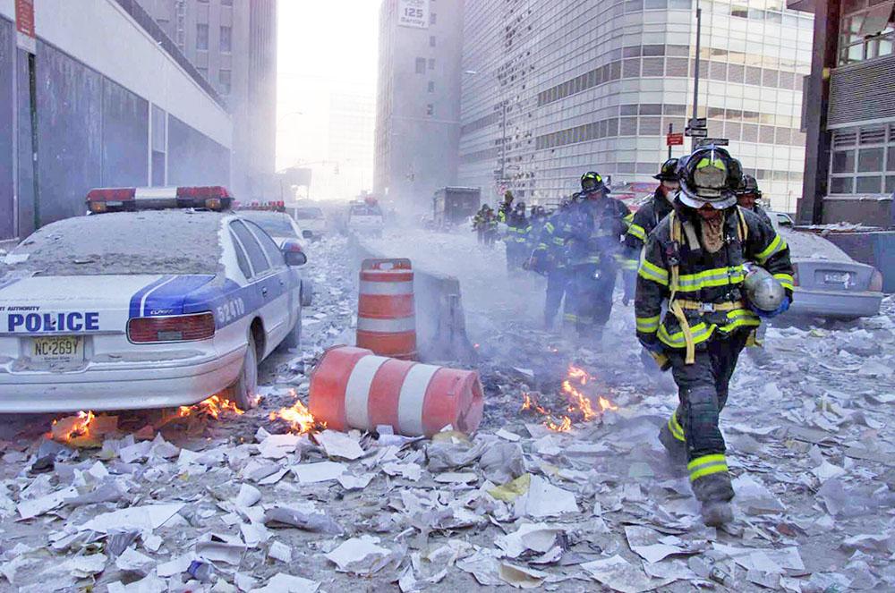Нью-Йоркский пожарные на месте теракта в башенях Всемирного торгового центра 11 сентября