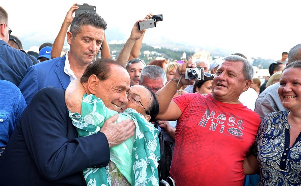 Сильвио Берлускони во время прогулки по набережной Ялты