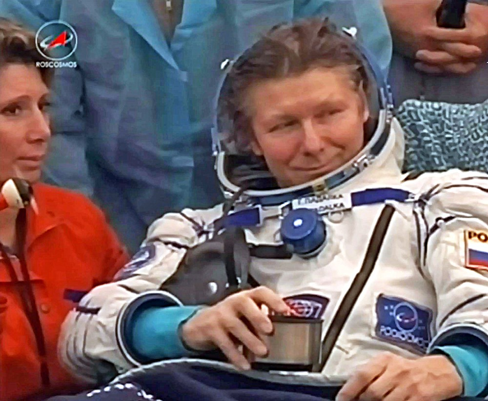 Российский космонавт Геннадий Падалка после приземлении