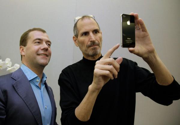 Президент РФ Дмитрий Медведев получил в подарок от президента фирмы Apple Стива Джобса новейшую модель смартфона iPhone четвертого поколения