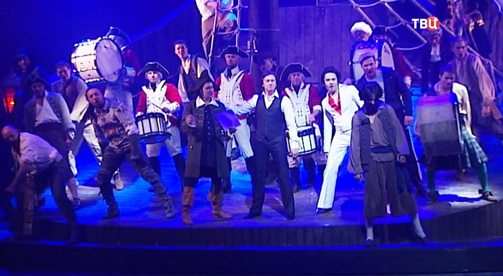 Актеры на сцене