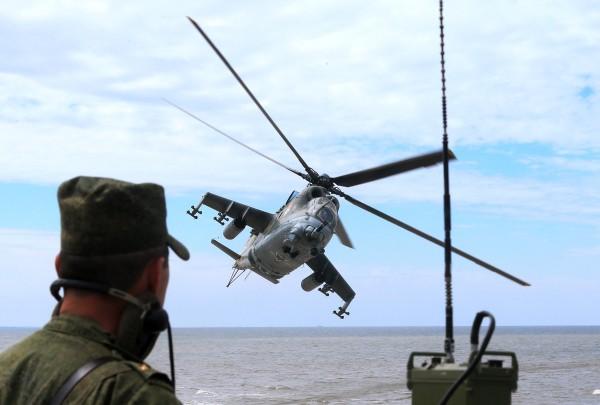 Вертолет Ми-24 во время учений