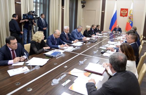 Президент России Владимир Путин проводит совещание