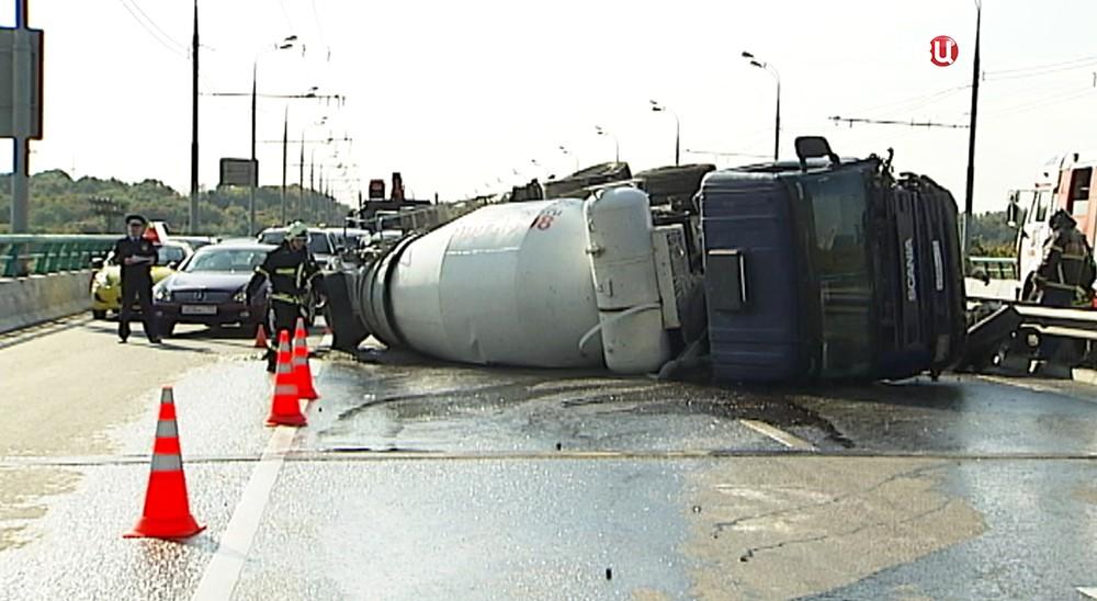 Опрокинувшаяся фура с цементом на Лужнецком мосту