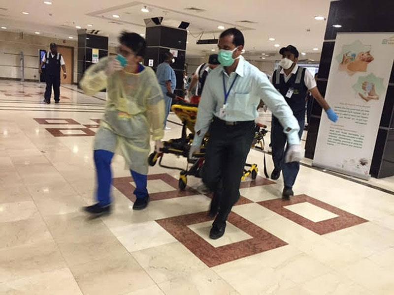 Медики увозят пострадавших во время давки в Мекке